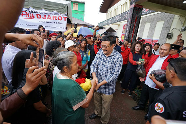 Cagub Sumut Djarot Saiful Hidayat menyerahkan bantuan dalam acara KAPT