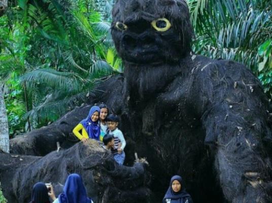 Pemuda Muarojambi Sulap Limbah Cangkang Kelapa Jadi Aneka Binatang Raksasa