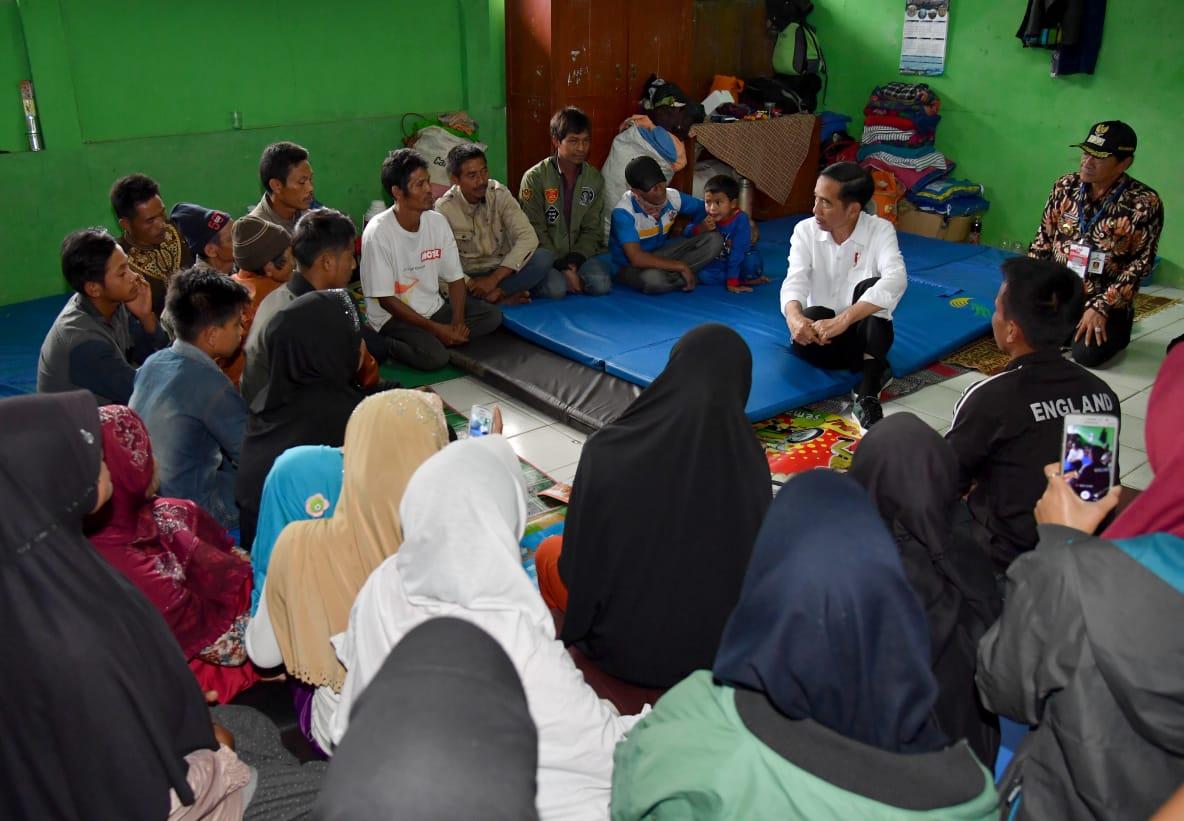 Presiden Joko Widodo meninjau langsung penanganan dampak gempa yang terjadi di Kecamatan Kalibening, Kabupaten Banjarnegara, Senin, (23/4/2018)