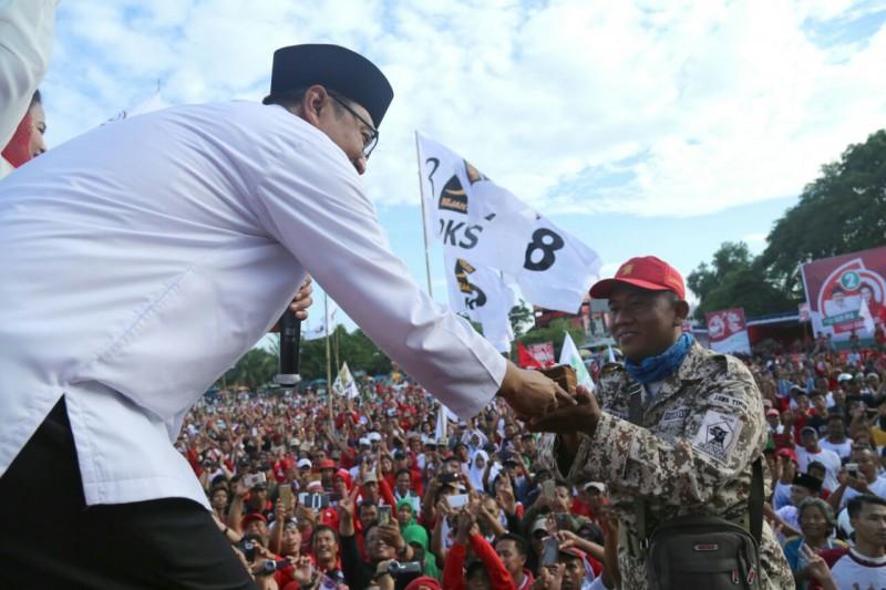 Gus Ipul bagikan Kue Ulang Tahun Jokowi untuk Kader Gerindra
