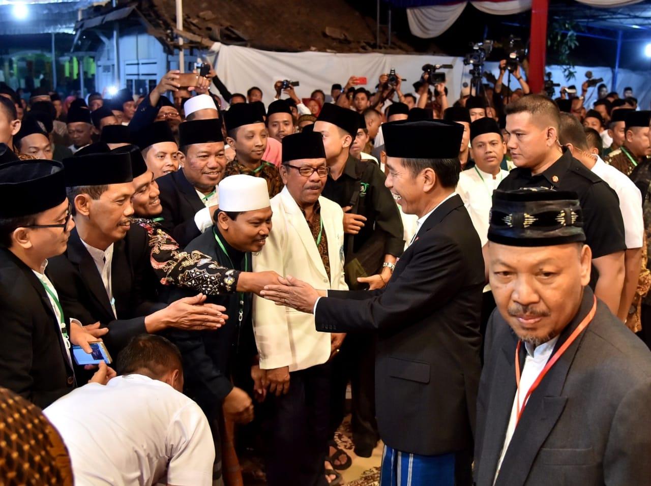Presiden Joko Widodo menghadiri acara Haflah Khataman Alquran dan Haul Al-Maghfurlah K.H. Ahmad Jisam Abdul Manan di Pondok Pesantren An-Najah Gondang, Gondangtani, Kecamatan Gondang, Kabupaten Sragen, Sabtu malam, (14/7) 2018.