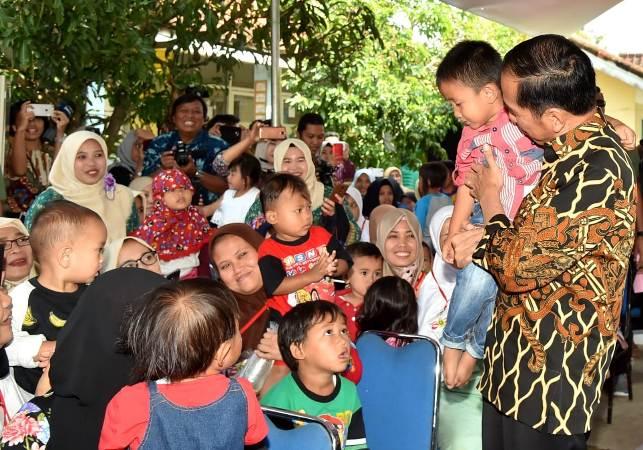 Presiden Joko Widodo bersama dengan Presiden Bank Dunia Jim Yong Kim blusukan bersama ke Desa Tangkil, Kecamatan Caringin, Kabupaten Bogor, Rabu (4/7) 2018.