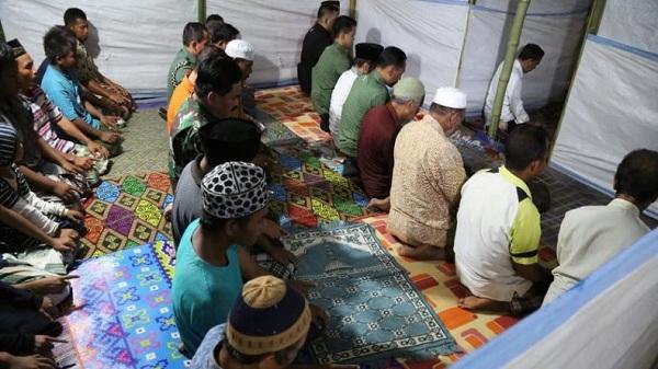 Kunjungi Korban Gempa Lombok, Jokowi Jadi Imam Salat Magrib di Musala Darurat