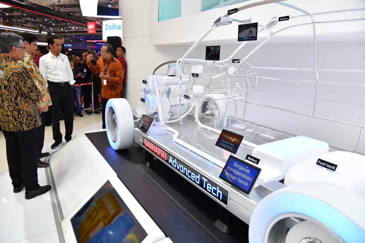 Presiden menuturkan, industri otomotif nasional sekarang menghadapi sejumlah tantangan yang perlu dicermati. Salah satunya adalah semakin meluasnya fenomena mobil listrik.