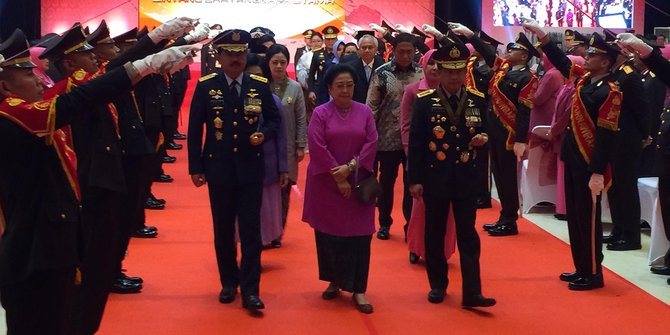 Kapolri Menganugerahkan Bintang Bhayangkara Utama Kepada Empat Menteri