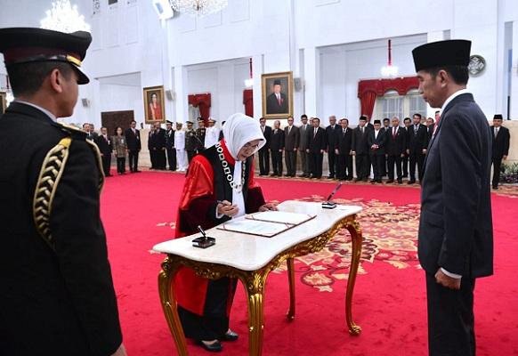 Presiden Jokowi Lantik Hakim Konstitusi Enny Nurbaningsih