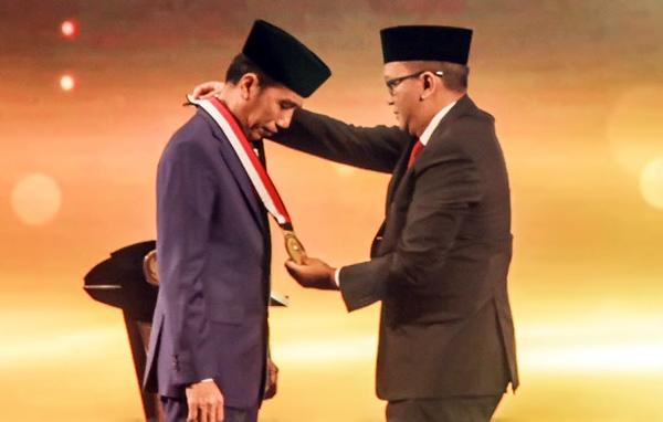 Kadin Indonesia Anugerahkan Jokowi sebagai Tokoh Pemerataan Pembangunan