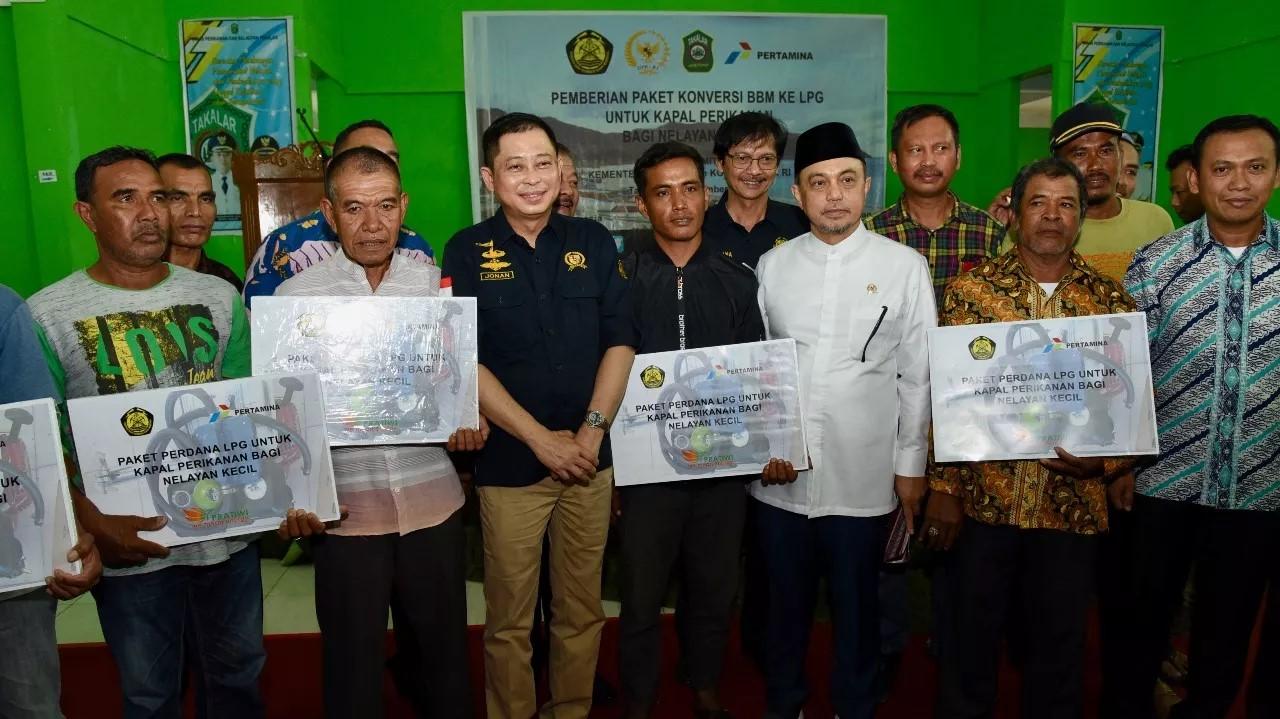 Menteri ESDM Bagikan Konverter Kit Untuk Nelayan Takalar