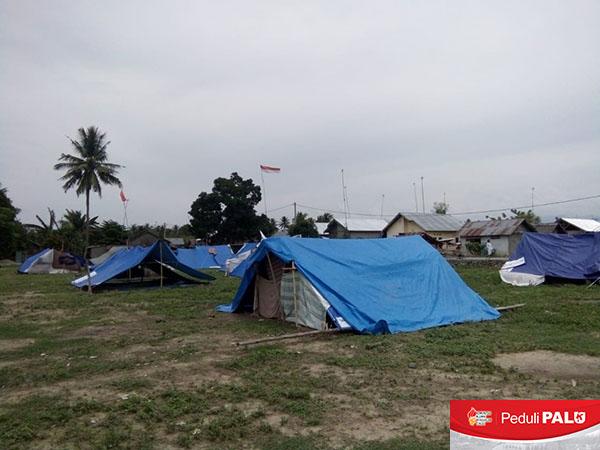 Warga Desa Maku, Kecamatan Dolo, Kabupaten Sigi, Sulawesi Tengah, mendirikan tenda-tenda darurat pasca bencana gempa dan likuifaksi