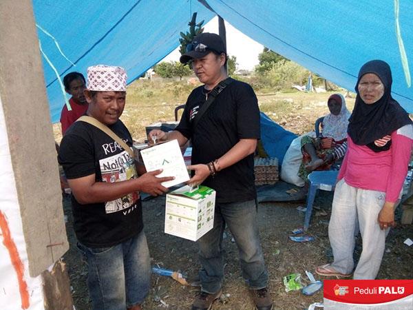 Tim Relawan 'KAPT Peduli PALU' Sosialisasi dan Distribusikan PLTS Portable ke Tenda-Tenda Pengungsian