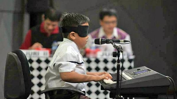 Pianis Cilik Pecahkan Rekor Dunia Bermain Piano dengan Mata Tertutup