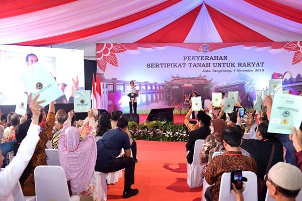Presiden Jokowi Bagikan 6.000 Sertifikat Hak Atas Tanah di Tangerang