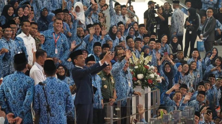 Presiden Jokowi di peringatan hut korpri bersama aparatur sipil negara