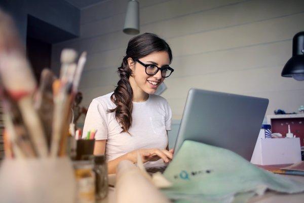 Meski Hanya Menatap Laptop, Ini Cara Kurangi Stress Saat Bekerja