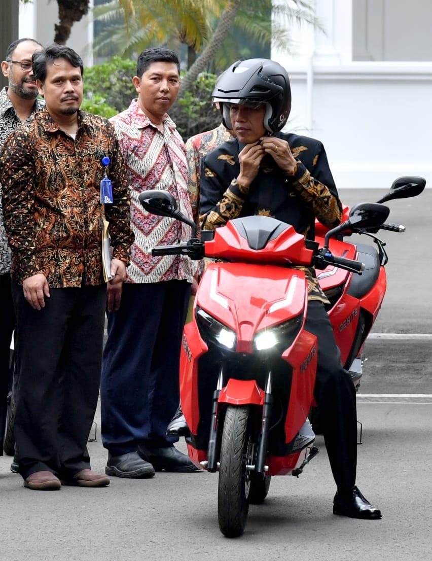 Presiden Joko Widodo mencoba motor listrik nasional Garansindo Electric Scooter ITS atau Gesits yang merupakan karya anak bangsa.