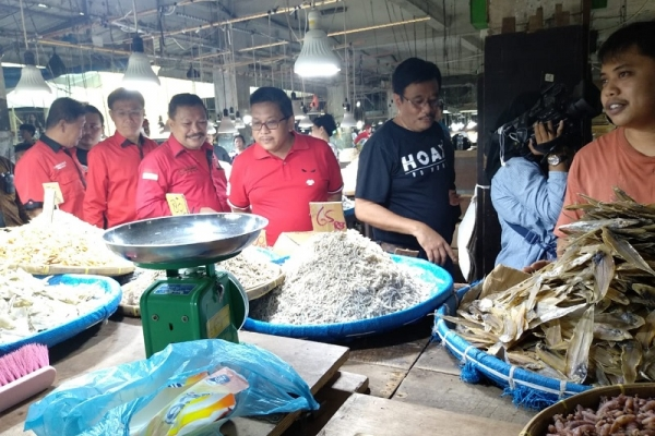 Blusukan ke Pasar Sambu, Hasto dan Djarot Paparkan Keberhasilan Jokowi ke Pedagang