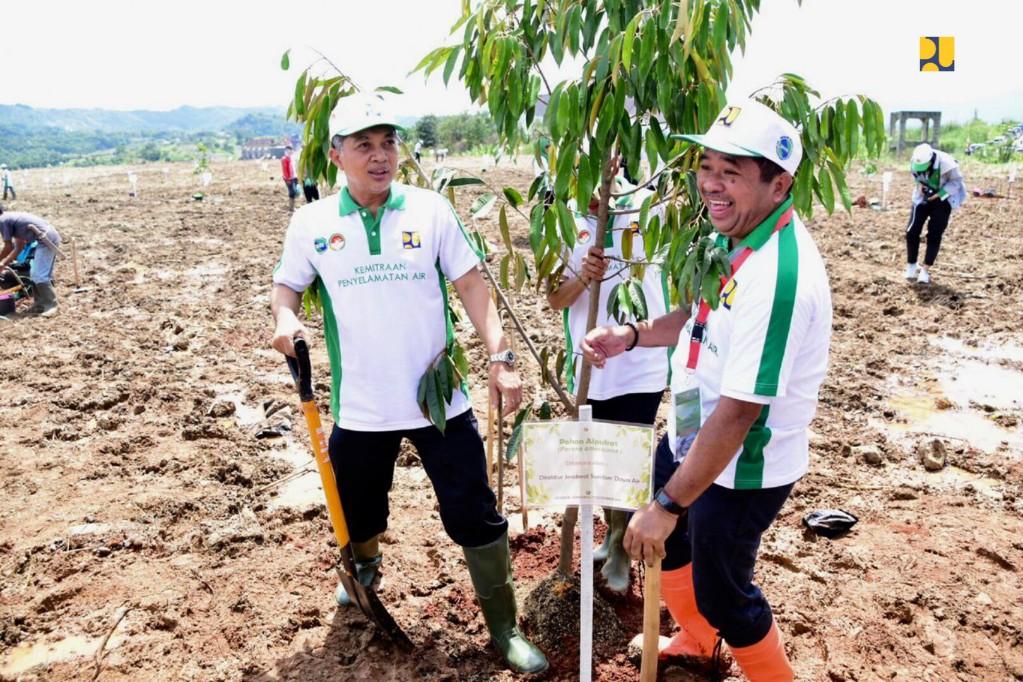 Tingkatkan Konservasi Lahan dan Air, Kementerian PUPR Tanam 126 Ribu Pohon Serentak di 34 Provinsi