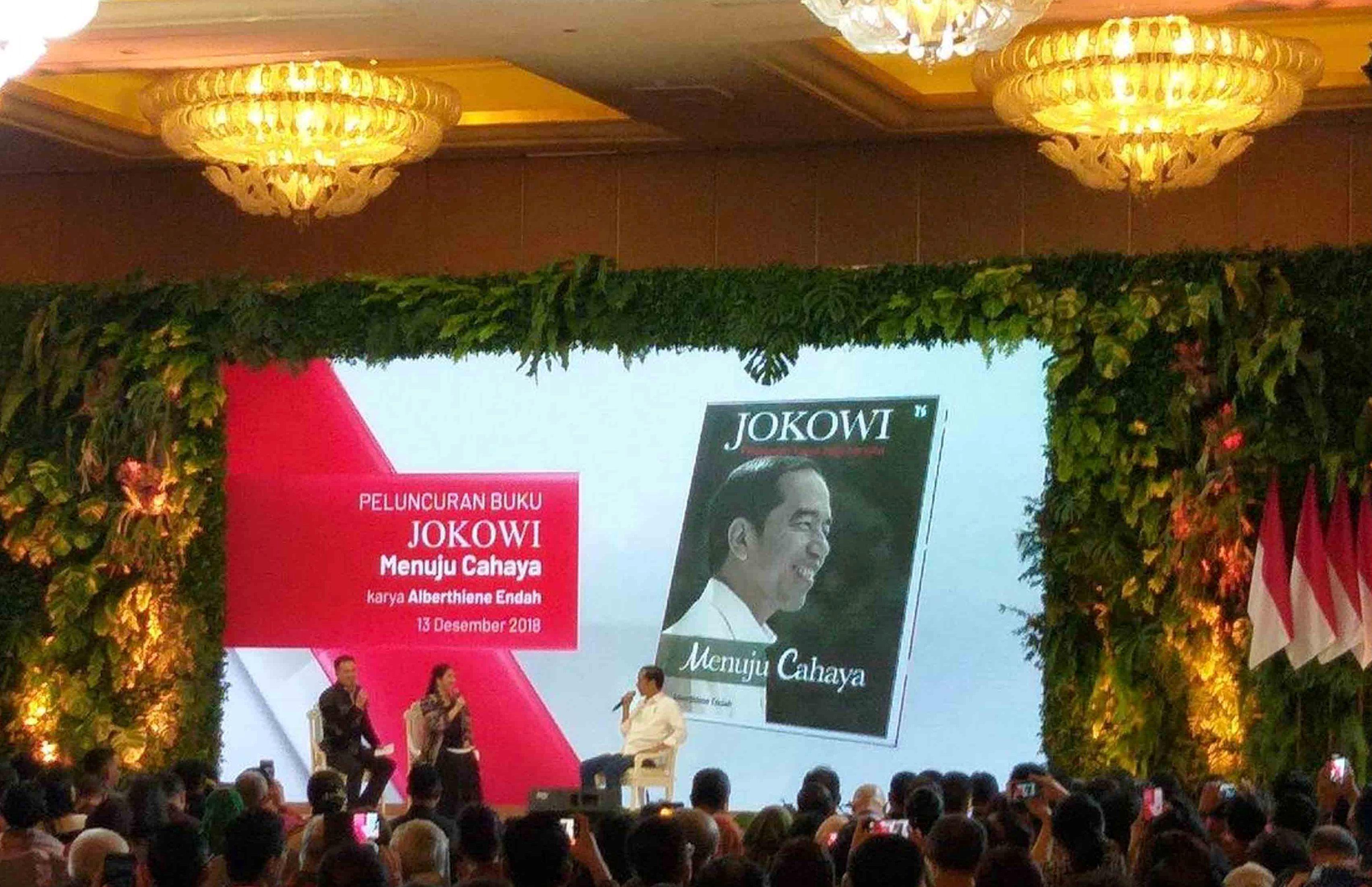 Alberthiene Endah Luncurkan Buku Jokowi Menuju Cahaya