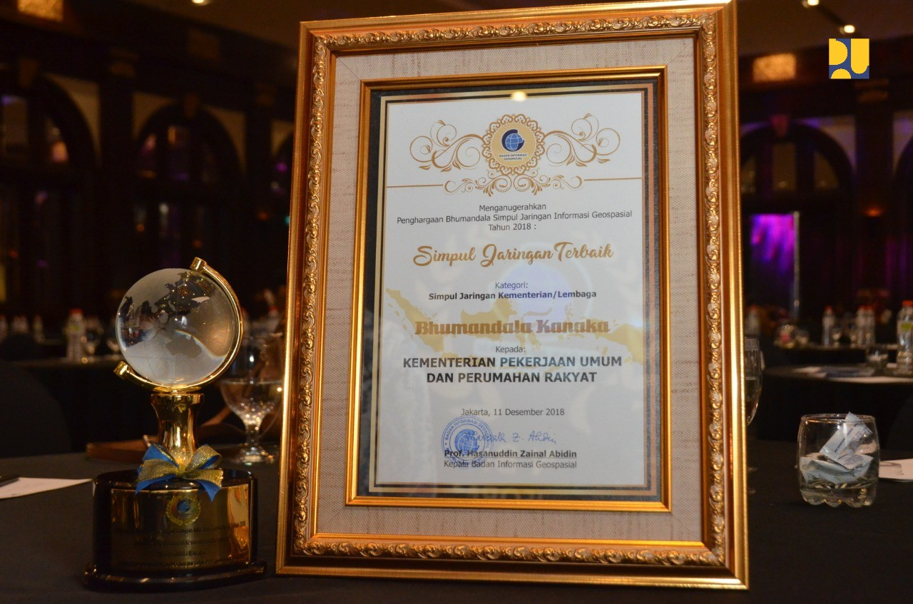 Kementerian PUPR Menerima Medali Emas Simpul Jaringan Geospasial dari Badan Informasi Geospasial
