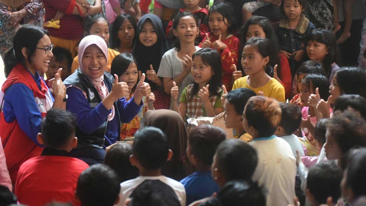 Relawan Pertamina Hibur Anak-anak dan Trauma Healing Korban Tsunami Banten