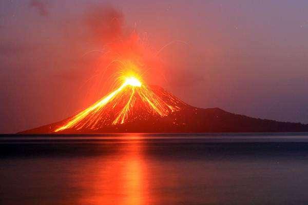 Ilmuwan Dunia Waspadai Aktivitas Gunung Anak Krakatau