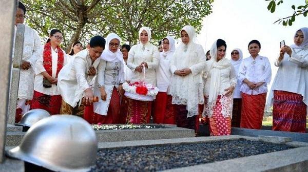 Ibu Negara Iriana Ziarah ke Makam 3 Istri dari Para Mantan Wapres