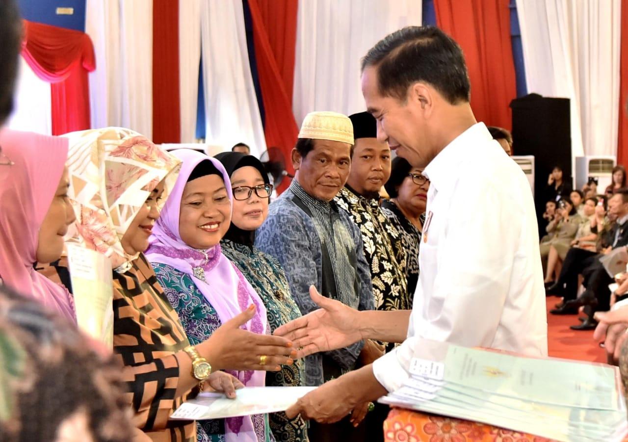 Presiden Serahkan 3.023 Sertifikat Hak Atas Tanah untuk Rakyat di Jakarta Barat