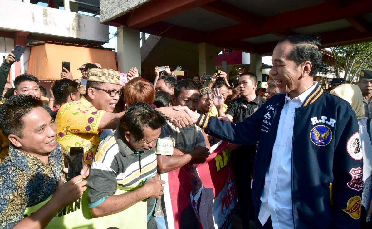 Agenda pertama Presiden Joko Widodo di Provinsi Gorontalo adalah mengunjungi Pasar Sentral di Kota Gorontalo, Provinsi Gorontalo, pada Jumat, 1 Maret 2019.