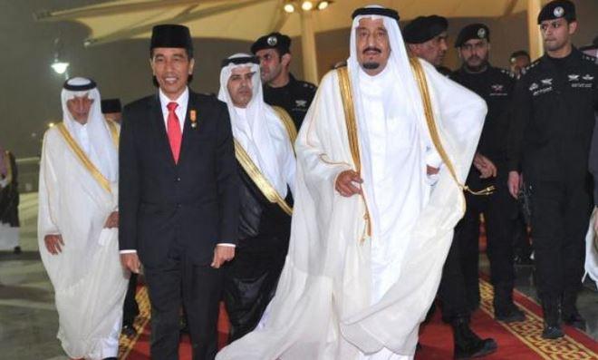 Raja Salman menyambut kedatangan Presiden Joko Widodo.
