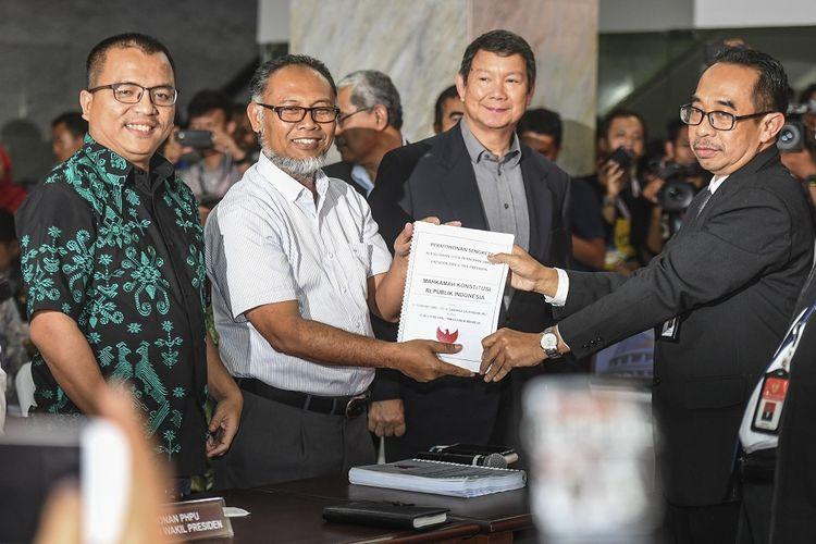 Tim hukum Prabowo-Sandi menyerahkan dokumen gugatan ke MK. Sebagian besar alat bukti berupa tautan berita daring., perbaikan