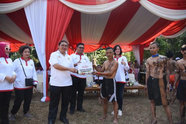 Wakil Ketua DPR RI Fadli Zon saat bersalaman dengan salah satu peserta usai membuka lomba Panjat Bambu Betung.