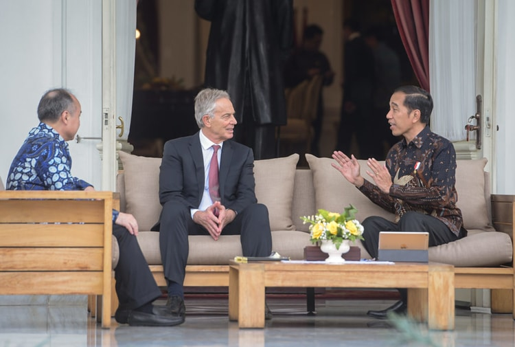 Presiden Jokowi saat bersama Tony Blair dan Masayoshi Son