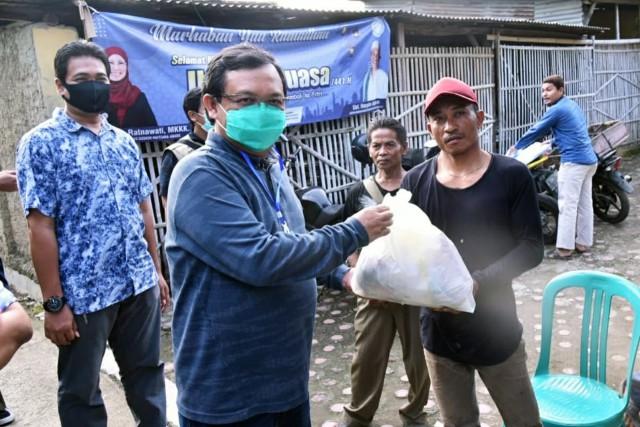 Herman Khaeron Bagikan Paket Sembako untuk Masyarakat Terdampak Covid-19