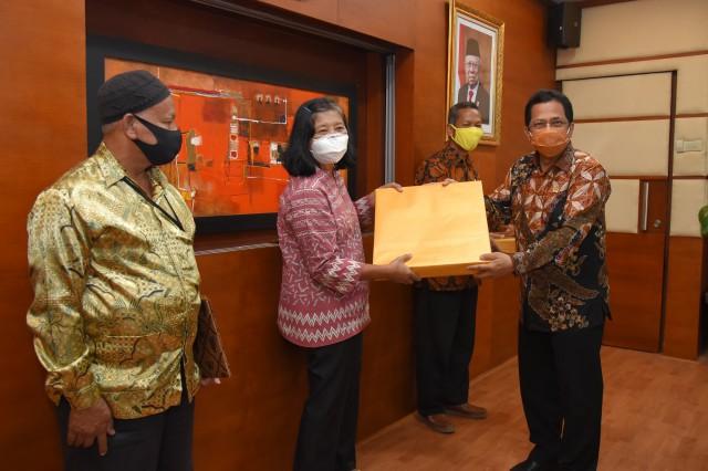 Sekjen DPR Sampaikan Penghargaan Kepada Tiga PNS Purnabakti