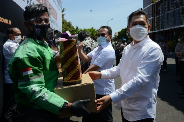 Komisi III Bersama Kapolda Jatim Berikan Bantuan Sembako dan Masker